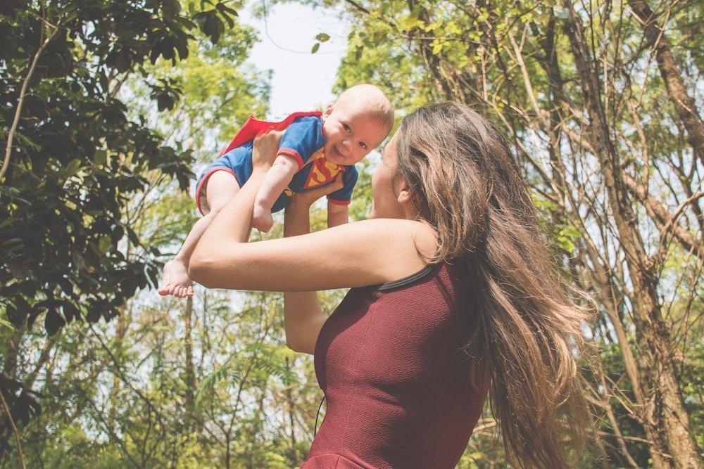 ayudar a un bebé a sociabilizar