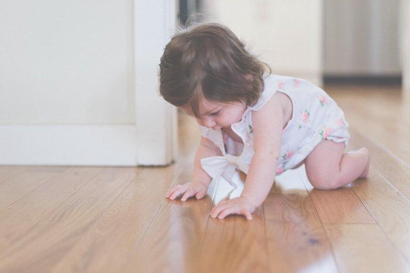 cómo hacer que un bebé ande y gatee